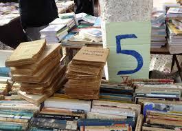 يفضل البعض التخلص من مكتباتهم القديمة ببيعها على الطرقات