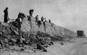 هدم جدران سور الكويت الثالث المبني من اللبن في عام 1957