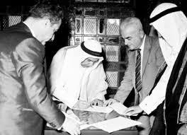 الشيخ عبدالله السالم - يرحمه الله - يوقع على وثيقة الإستقلال عن بريطانية