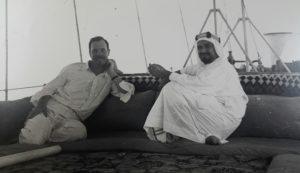 الشيخ احمد الجابر الصباح مع المعتمد السياسي البريطاني جالوري عام 1938