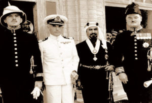الشيخ أحمد الجابر و على صدره وسام حكومة الهند البريطانية عام 1944 م