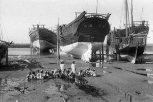 طبعت السفن الكويتية..يشاهد عملية استراحة للبحرية بجوار السفينة