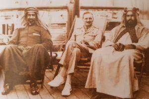 """الشيخ أحمد الجابر و مرافق الملك فيصل البريطاني بومان على الباخرة """"كيجوما :"""" التي أقلتهم إلى لندن ."""