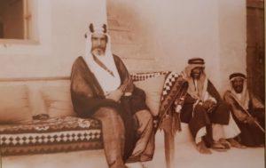 صورة نادرة للشيخ علي الخليفة في ديوانه