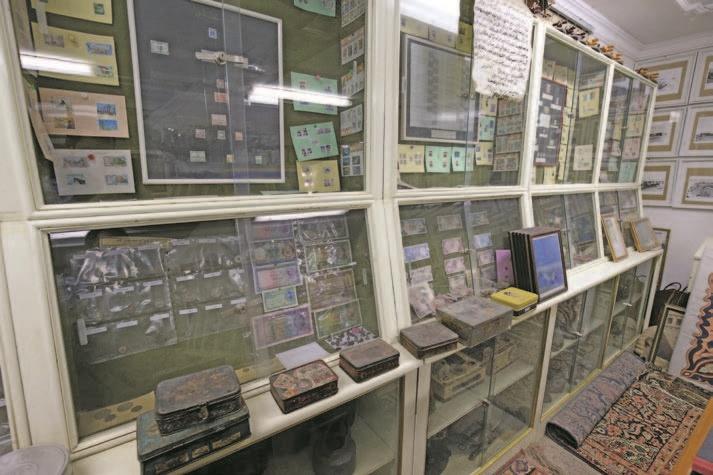 جانب من معروضات متحف مركز المخطوطات والتراث من العملات النقدية القديمة