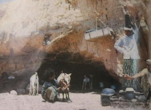 عائلة مهرية يمنية تسكن في كهف ( عدن عدا )