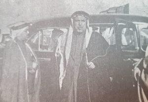 الامير عبدالله السالم في أرض المطار و يرى في استقباله سعادة عبدالله المبارك و عبدالله الملا