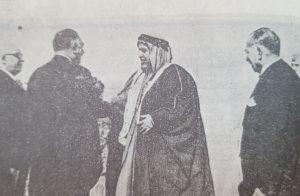 نوري السعيد رئيس الوزارة العراقية في استقبال الشيخ عبدالله السالم في مطار العراق