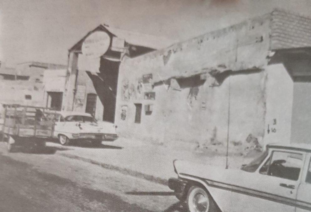 مدخل قيصرية التجار و إلى اليمين منه كان موضع السجن القديم