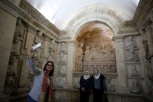 سياح يتوافدون على متحف سوريا بعد افتتاحه