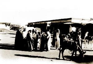 ساحة الصفاة حيث تجلب إليها البضائع من كل حدب وصوب عام 1917 م