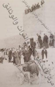 أفراد الجيش البريطاني في إحدى نحول السور و تحتهم مجموعة من الجيش الكويتي
