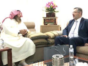 د. محمد الشيباني يتبادل الحديث مع خليل الرفاعي عميد إحياء التراث في القدس