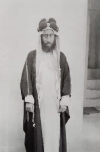 خا بهادر عبدالله القناعي في صورة نادرة أمام دار الإعتماد في منطقة شرق