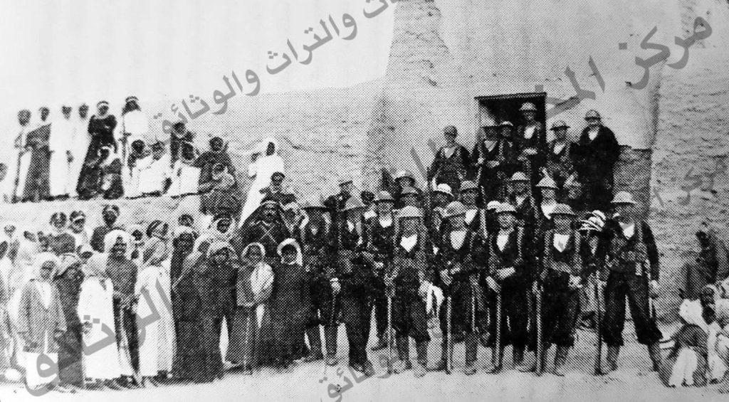 مجموعة من الجيش البريطاني مع ثلة من الشعب الكويتي في انسجام تام
