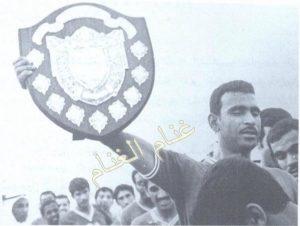 الإسطورة عبدالرحمن الدولة يرفع درع الدوري لعام 69-1970