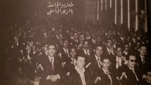 طلاب الجامعة بالزي الرسمي