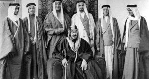 الأمام عبدالعزيز آل سعود متوسطا ابناءه الأمراء