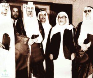 الملك فيصل آل السعود ويبدو عن يمينه العلامة حمد الجاسر مع كبار الشخصيات