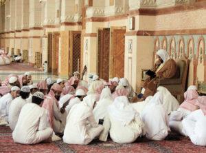 حلقات العلم والتحلق حول العلماء في المسااجد