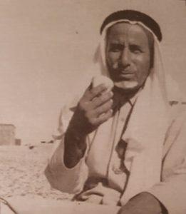 محمد بن طاحوس يحتسي القهوة في وارة