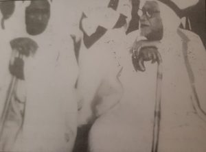 صورة نادرة لعبداللطيف بن عيسى العبدالجليل إلى اليمين