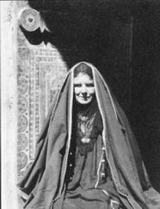 فيوليت ديكسون أم سعود بالزي البدوي