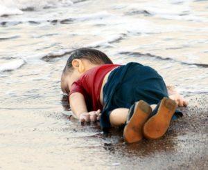 طفل من ضحايا النازحين من أحداث سوريا عبر البحر
