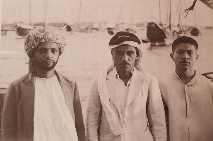 النوخذة علي النجدي بين صديقين في زنجبار سنة 1939 (تصوير المؤلف )