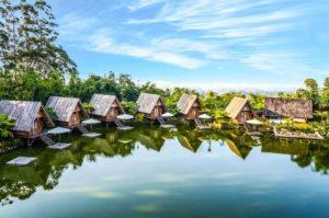 شاليهات تطل على بحيرة رائقة في اندونسيا