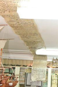 بردية وثيقة تحرير الكويت على سقف مركز المخطوطات والتراث والوثائق