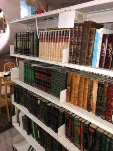 أحدى المكتبات الأهلية في مركز المخطوطات والتراث