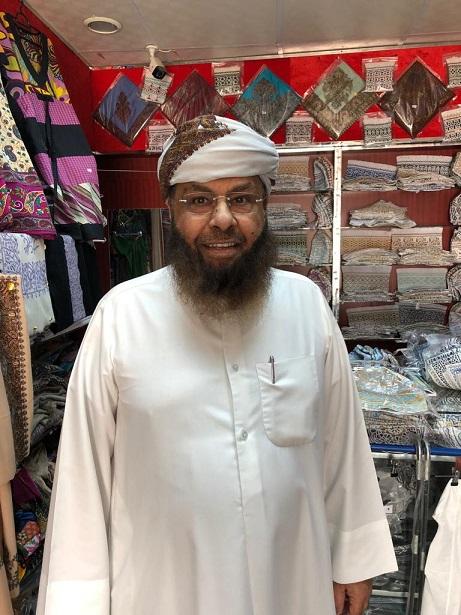 د . محمد الشيباني بالزي الوطني العماني