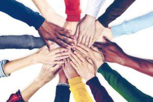 التعاون والبشاشة مع الأخرين خلق انساني