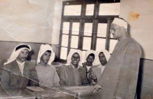 على مقاعد الدراسة في المعهد الديني ويبدو راشد الفرحان أقصى اليسار