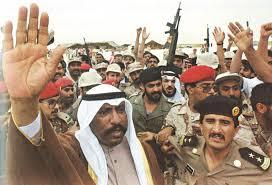 الشيخ سعد العبدالله ملوحا بالنصر بعودة الشرعية للكويت