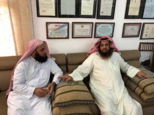 د . محمد الشيباني وعن يمينه الباحث عمار تمالت في زيارة مركز المخطوطات والتراث