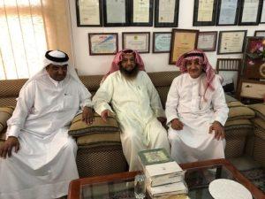 د . محمد الشيباني يتوسط محمد القاضي يمينا و مبارك السهل يسارا