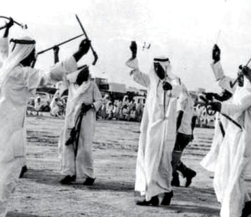 رقصة العرض بالسيف تقام في احدى برايح ( ساحات ) الكويت الترابية