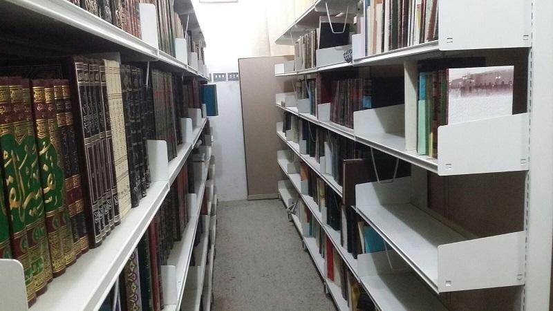 جانب من اخدى المكتبات الخاصة المترع بها لمركز المخطوطات والتراث