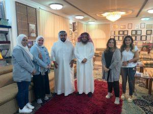 د . محمد الشيباني يتوسط وفد مكتبة حديق الشهيد الزائر لمركز المخطوطات والتراث