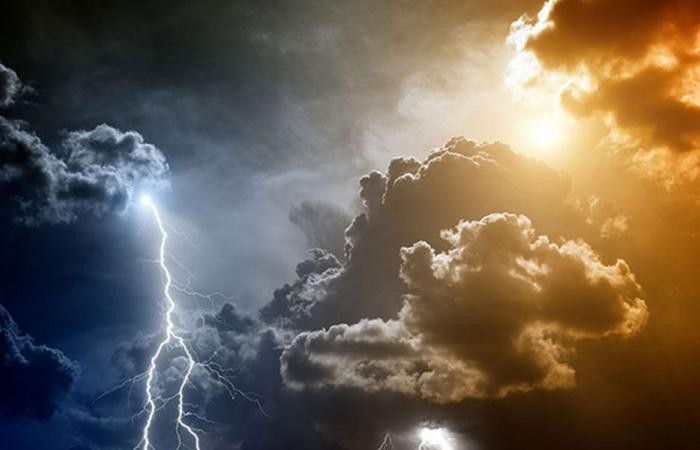 سماء مظلمة وبرد وبرق ورعد