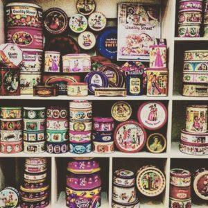 علب الحلويات القديمة لها نصيب لدى هواة جمع القديم