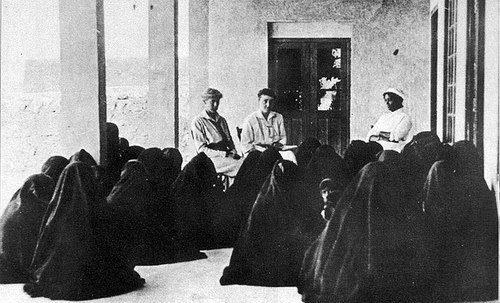 مريضات ينتظرن دورهن لمراجعة اطباء المستشفي الامريكاني في الكويت
