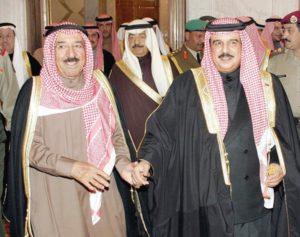 أمير الكويت صباح الأحمد وملك البحرين حمد الخليفة يداً بيد منذ القدم