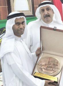 محمد إبراهيم يتسلم شهادة تقدير في احدى المناسبات