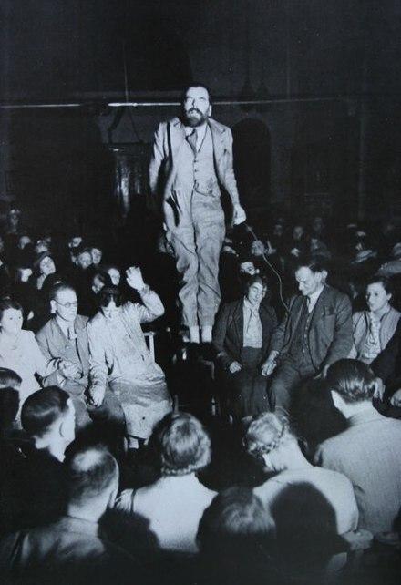 رجل يطفو في اثناء جلسة تحضير أرواح