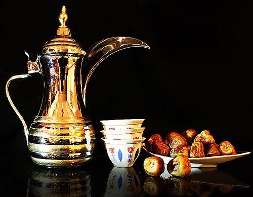 الكرم والجود العربي تتصدره دلة القهوة والفناجين والتمر