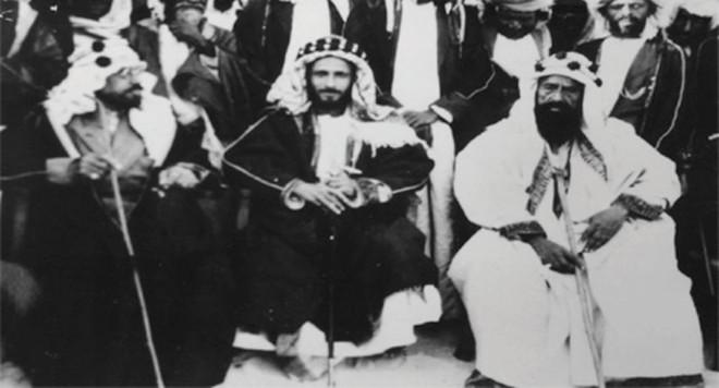 الحاج عبدالله المسلماني في أول اليسار