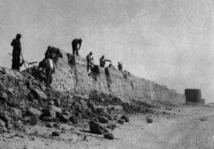 عمال يقومون بهدم السور المحيط بمدينة الكويت عام 1957 م